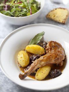 moutarde, poivre, pruneaux, champignon frais, lapin, farine, vin blanc sec, oignon, huile d'olive, beurre, ail, baies rose, sel, lardons
