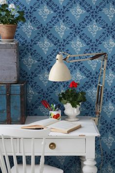 Geraniums and vintage looking wallpaper Swedish Wallpaper, Home Wallpaper, Shabby Chic Homes, Shabby Chic Decor, Interior And Exterior, Interior Design, Workspace Inspiration, Home Office Decor, Home Decor