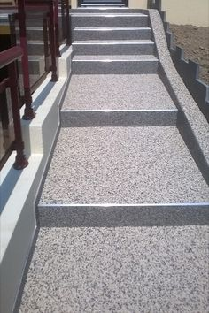 La moquette de pierre, ou encore appelée tapis de pierre, est composée de résine et d'agglomérats de marbre ou d'agrégats de quartz. Ce revêtement, coulé sur une dalle de béton, est connu pour sa résistance aux chocs et à la déchirure. Notre revêtement en marbre résiné est à la fois pratique et sécuritaire avec sa capacité drainante et antidérapante. Vous pourrez ainsi rénover vos escaliers. Pierre Quartz, Ainsi, Stairs, Home Decor, Garage Entry, Paving Slabs, Marble, Custom In, Stairway