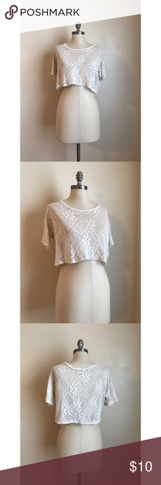 ❤️Hollister Lace Crop Top❤️ Excellent condition. No rips, stains, or tears. Color is beige. Size small. Measurements: length - 13 inches, bust - 20 inches. Hollister Tops Crop Tops