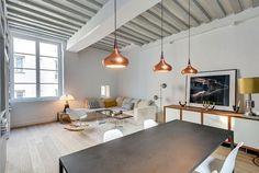 Interiores de apartamento decorado con elementos de cobre