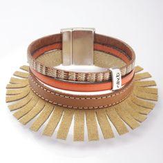 Une touche de bohème... Frange en suédine couleur taupe avec un cuir à motif et un cuir orange. Modèle tendance a associer à votre plus belle tenue pour éblouir vos soirée d'été :) olivb.fr
