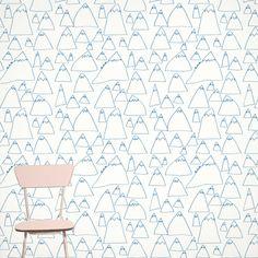 On voit régulièrement ci et là de superbes chambres d'enfant avec des papiers peints aux couleurs pastels, à motifs géométriques, comme ici chez ferm living .. J'adore ce genre d'…