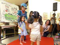 水森亜土さん、姫路・山陽百貨店に来店-自作展会場でパフォーマンス披露(写真ニュース)