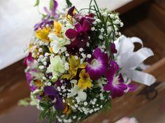 Buquê de noiva de orquídeas coloridas