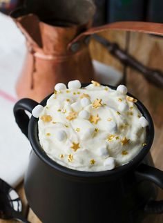 This Butterbeer Hot Chocolate is actually magical. More potter party food menu recipe 23 Harry Potter-Inspired Treat Recipes to Get You Pumped for the Yule Ball Harry Potter Fiesta, Harry Potter Food, Harry Potter Wedding, Harry Potter Theme, Harry Potter Recipes, Harry Potter Desserts, Harry Potter Drinks, Harry Potter Products, Harry Potter Adult Party