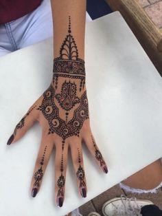Tattoo de la main au henné noir