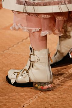 See detail photos for Alexander McQueen Spring 2018 Ready-to-Wear  collection.