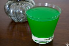 Looking for easy, alcoholic, green Halloween cocktail recipes? Try this simple Hocus Pocus cocktail made with blue curaçao, melon liqeour, and juice. Find out how to make it with the full recipe. Green Alcoholic Drinks, Fall Drinks, Tipsy Bartender, Hocus Pocus, Halloween Cocktails, Blue Curacao, Easy Halloween, Halloween Party, Vegetarian