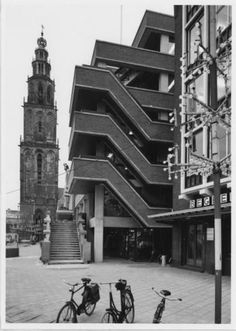 De stad Groningen: De Grote Markt oostzijde met de ingang van de Naberpassage in 1975.