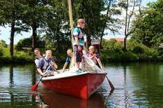 Christoph begleitet eine Familie beim Segelkurs. © Christoph Karrasch