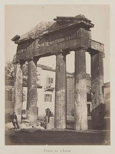 Athènes. Vue de la porte ouest de l'agora romaine dans le quartier                     de Plaka © Musée Guimet, Paris, Distr. Rmn / Image Guimet