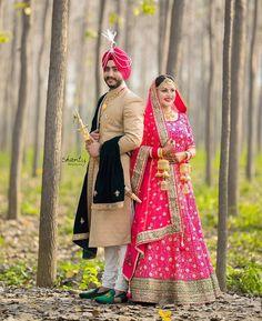 Punjabi bride and groom fashion idea for Indian Sikh wedding Punjabi Wedding Couple, Indian Wedding Couple Photography, Indian Wedding Bride, Sikh Bride, Desi Bride, Wedding Photography Poses, Wedding Photography Inspiration, Punjabi Couple, Punjabi Girls