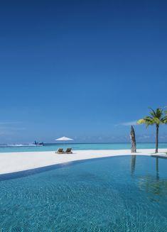 La piscine de l'île privée Four Seasons aux Maldives