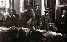 1913 Joodse verkopers Joods Paasfeest.Verkopers van schol ter gelegenheid van het Joodse Paasfeest (Pesach)