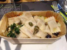 Ravioli cotti al vapore ripieni di tofu, carote, cavolo bianco, olive, capperi e olio al basilico .
