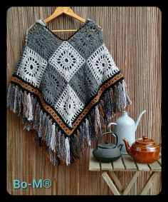 bo-m.blogspot.com/2016/11/poncho-com-capuz.html?m=1 Poncho Au Crochet, Crochet Poncho Patterns, Crochet Shirt, Crochet Scarves, Crochet Clothes, Diy Clothes, Crochet Baby, Knit Crochet, Crochet Capas