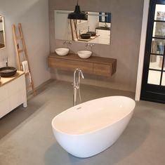 Het warme eiken laat zich mooi combineren met het beton cire op de wand Sink, Bathtub, Bathroom, Interior, Schumacher, Home Decor, Houses, Bath, Home