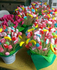Mushrooms, haribo, flying saucer, marshmallow sweet trees Add some fun to your event Candy Party, Party Treats, Party Snacks, Marshmallow Tree, Candy Centerpieces, Candy Decorations Party, Quince Decorations, Wedding Centerpieces, Candy Kabobs
