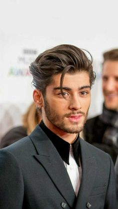 If you're a fan of celeb, Zayn Malik, then you're probably a fan of his hairstyles too. Here are our favorite Zayn Malik haircuts Faded Beard Styles, Beard Styles For Men, Hair And Beard Styles, Long Hair Styles, Shaved Head With Beard, Bald With Beard, Beard Fade, Big Beard, Indian Beard Style