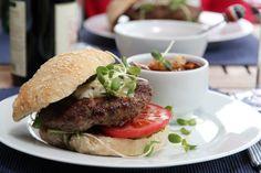 Hamburger med eltefritt hamburgerbrød Food And Drink, Baking, Ethnic Recipes, Food Ideas, Bakken, Backen, Postres, Pastries, Roast