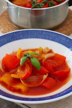 Die bunte Peperonata ist eine typisch italienische Beilage und Vorspeise aus gedünsteten Paprikaschoten und fruchtigen Vesuvtomaten aus Kampanien. Thai Red Curry, Ethnic Recipes, Food, Italian Side Dishes, Italian Meals, Red Peppers, Fresh, Essen, Meals