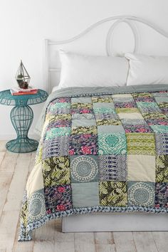 Some days ago we talked about amazing quilt ideas for your decoration. Today we walk a step forward to encourage you to try to do your own quilt. It's easy, using patchwork technique. Patchwork t Colchas Quilt, Quilt Blocks, Bed Quilts, My New Room, My Room, Spare Room, Girl Room, Magical Thinking, Creation Couture
