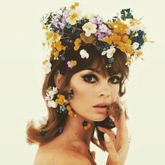 vogue: Few accessories have aroused such commentary, for and against, than the flower crown.See Jean Shrimpton and 19 other women who wore them throughout history.Photographed by Bert Stern, Vogue, January 1965 Petali di moda… Jean Shrimpton, Bert Stern, 1960s Aesthetic, Aesthetic Vintage, Aesthetic Fashion, Aesthetic Art, Twiggy, 70s Fashion, Look Fashion