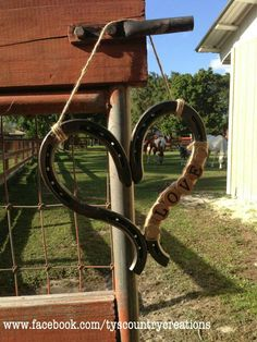 Country wedding decorations love the horseshoe heart! Horseshoe Projects, Horseshoe Crafts, Horseshoe Art, Horseshoe Ideas, Country Wedding Decorations, Country Weddings, Rustic Weddings, Western Decor, Western Style
