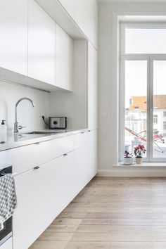 All white kitchen with a view | Brussel apartment visit to Auguste&Claire creators | sitsitso.com