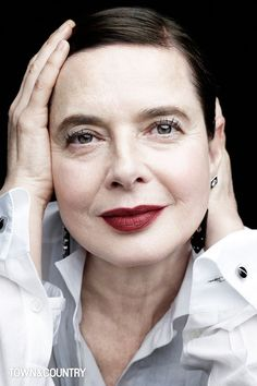 Isabella Rossellini photographed by Victor Demarchelier, 2017 Isabella Rossellini, Beautiful Old Woman, Beautiful People, Style Funky, Make Up Inspiration, Advanced Style, Ageless Beauty, Aging Gracefully, Models