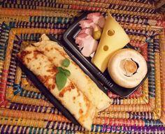 Przepis na naleśniki z szynką, serem żółtym i pieczarkami - szybki i łatwy obiad lub przekąska