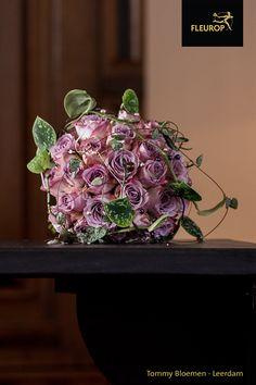 Dit trouwboeket met rozen en Scindapsus Pictus is gemaakt door Fleurop bloemist Tommy Bloemen uit Leerdam. Door sierlijke details in de vorm van gekleurde parels toe te voegen is dit bruidsboeket echt een plaatje! Jewelry, Jewlery, Jewerly, Schmuck, Jewels, Jewelery, Fine Jewelry, Jewel, Jewelry Accessories