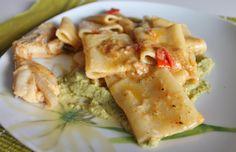 Paccheri con rana pescatrice e crema di zucchine, un primo gustoso ma allo stesso tempo delicato che unisce il sapore del pesce a quello delle verdure.