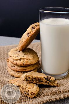 The Best Chocolate Chip Cookies - Fursecuri cu ciocolata Baking Chocolate Chip Cookies, Dark Chocolate Chips, Food Photography, Photography Composition, Tray Bakes, Baking Soda, Eat, Desserts, Biscuits