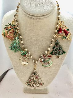 Christmas Vintage Trees Ornaments Bells Green Red Gold Rosary Bead Assemblage Upcycled Bib Necklace Doodaba by doodaba on Etsy Christmas Tree Necklace, Christmas Jewelry, Xmas Tree, Vintage Jewelry Crafts, Recycled Jewelry, Craft Jewelry, Jewelry Storage, Gold Rosary, Jewelry Tree