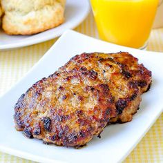 Easy Homemade Breakfast Sausage - delicious, perfectly seasoned breakfast sausage patties with very little salt and no preservatives. Freezes easily too! Rock Recipes, Meat Recipes, Cooking Recipes, Venison Recipes, Yummy Recipes, Chicken Recipes, Homemade Breakfast Sausage, Breakfast Recipes, Gastronomia