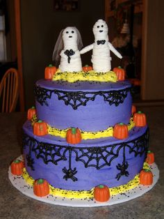 Halloween Wedding Cake I did this for a couple for there wedding on halloween. The mummy Bride and groom were made from mf fondant and the. Halloween Wedding Cakes, Centerpieces, Table Decorations, Cake Ideas, Fondant, Favors, Groom, Pumpkin, Bride