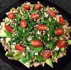 """Мой любимый салат """"Пьемонт"""".... нам понадобится:  — груша – ½ шт.,  — авокадо – ½ шт.,  — руккола – большая горсть,  — салат Фрилисс или Фриссе — 6-7 листьев (сегодня был Айсберг),  — горгонзола – 50г (сегодня был КастеллоДанаблю),  — помидоры черри или бэби плюм – 7-8 шт.,  — кедровые орешки – гость,  — ОМ чесночное,  — соль / перец"""