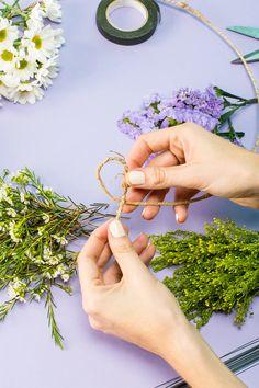 To Make A Stunning Flower Crown In Under 20 Minutes Flower Crown Tutorial, Diy Flower Crown, Diy Crown, Flower Crown Wedding, Flower Crowns, Wedding Flowers, Flower Lei, Flower Room, Flower Garlands