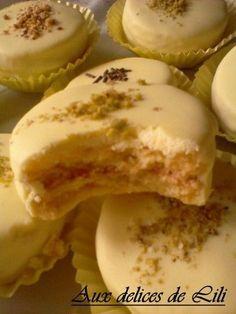BONJOUR TOUT LE MONDE!! Voila c'est bientôt les fêtes alors je vous ai choisi ces biscuits à l'orange et au citron, très fondant à la bouche parfumés à l'orange et au citron, et avec léger glaçage! c'est délice ces biscuits, et en plus c'est la saison... Biscotti Cookies, Yummy Cookies, Mauritian Food, Tunisian Food, Desserts With Biscuits, Milk Cake, Thermomix Desserts, Oreo Cheesecake, Arabic Food