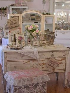 The Shabby Chic décor style popularized by Rachel Ashwell and Arhaus seeks to have an opulent vintage look. Shabby Chic furniture is given a distressed look by covered in sanded milk paint. The whole décor style has an intriguing flea market look. Shabby Chic Mode, Casas Shabby Chic, Shabby Chic Bedrooms, Shabby Chic Style, Shabby Chic Furniture, Distressed Furniture, Vintage Furniture, Shabby Vintage, Chic Antique