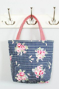 An easy to sew free quilted tote bag sewing pattern for beginners. Smaller size tote bag to sew ideal for a child or teen or when you only need a smaller bag. Suitable for beginners. Bag Patterns To Sew, Sewing Patterns Free, Free Sewing, Sewing Tutorials, Sewing Crafts, Sewing Projects, Craft Projects, Sewing Ideas, Bag Tutorials
