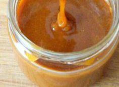Domowy sos karmelowy świetnie nadaje się do placuszków, naleśników, lodów czy wreszcie serników i szarlotek. Z odrobiną cierpliwości przygotujemy pyszny kremowy sos, który posmakuje nie tylko najmłodszym. Składniki: 200g cukru, 80g masła, 120g śmietany kremówki, szczypta soli