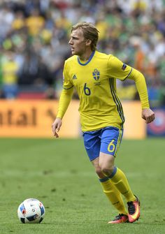 Sweden's midfielder Emil Forsberg runs with the ball during the Euro 2016 group E football match between Ireland and Sweden at the Stade de France stadium in Saint-Denis on June 13, 2016. / AFP / MIGUEL MEDINA