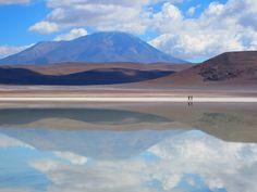 No es una playa. Ni un espejo. Tampoco es un lago… ¡es un salar! y el más impresionante del mundo. El Salar de Uyuni está ubicado al suroeste de Bolivia y es el mayor desierto de sal continuo…