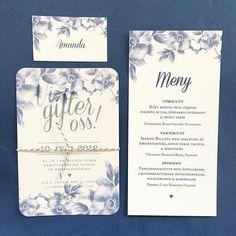 Inbjudningskort, placeringskort och menykort Blå rosor. #inbjudningar #inbjudningskort #marint #rosor #trycksakerbröllop #menykort #placeringskort www.annagorandesing.se