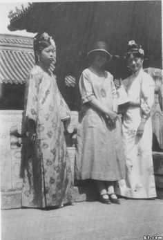 (L-R) Wenhsui, Isabel Ingram (English tutor) and Wanrong Vintage Photographs, Vintage Images, Last Emperor Of China, Falling Kingdoms, Qing Dynasty, Chinese Actress, Dream Wedding Dresses, Chinese Style, Asian Art