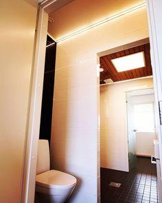 Tässä kylppärissä kelpaa asioida pimeälläkin  #valonauha ja Eden-#valopaneeli - loistava yhdistelmä myös märkätiloihin. #valaistussuunnittelu #valaistus #led #winled #kylpyhuone
