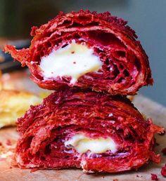 Was könnte Frühstückscroissants noch besser machen, als sie ohnehin schon sind? Richtig: rotes Kakaopulver, Frischkäse-Pudding und rote Samt-Kuchenkrümel.